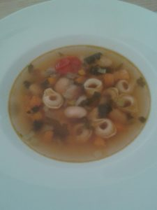 Minestrone mit Tortelli. Was Suppe zum Abendessen? Jawohl. Salz und Flüssiges ist jetzt angesagt. Schwitzen tun wir ja so oder so schon.