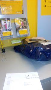 Bevor die die Jungs hole noch einen Abstecher in den Dorfladen mit kleinem Post Office.