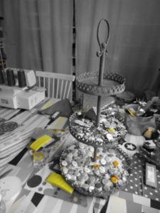 Kreatives Chaos im Atelier. Es wird genäht, gestanzt, geformt, gefärbt, geschnitten, geleimt und ab und an geschimpft...
