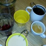 frühstücksbar: bei uns sind nur 3 leute am tisch. einmal tee mit milch, einmal tee ohne milch, einmal kaffee, einmal wasser, einmal ovi, einmal saft