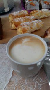 kaffeepause. ich habe meine eigene tasse mit. und der kaffee heute war ein traum. was so regenwetter ausmacht ;-)