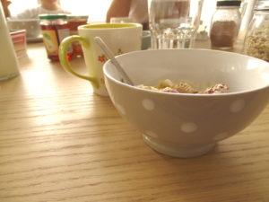 Frühstück mit Früchten, Tee und frischem Birnel. Lecker. Ich vermisse aber die viele viele frische Meeresluft.